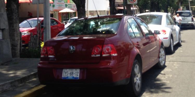 """Vehículos estacionados en la 43 poniente, a pesar del señalamiento de """"No estacionarse""""."""